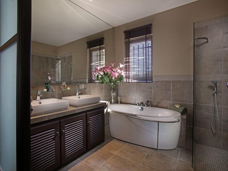 Litre_France_Master_Bath.jpg