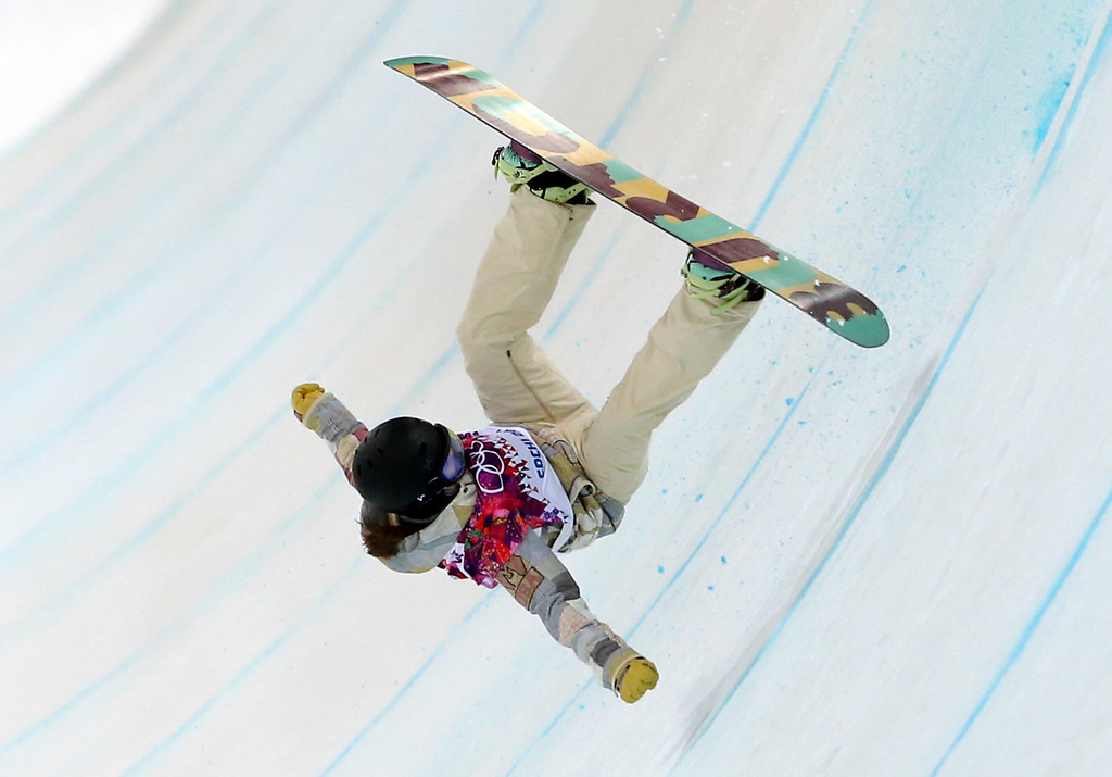 . United States\' Kelly Clark falls in her first run during the women\'s snowboard halfpipe final at the Rosa Khutor Extreme Park, at the 2014 Winter Olympics, Wednesday, Feb. 12, 2014, in Krasnaya Polyana, Russia. (AP Photo/Sergei Grits)