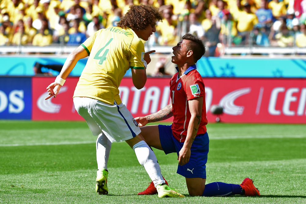 . Brazil\'s defender David Luiz (L) and Chile\'s forward Alexis Sanchez dispute during the Round of 16 football match between Brazil and Chile at the Mineirao Stadium in Belo Horizonte during the 2014 FIFA World Cup on June 28, 2014. (MARTIN BERNETTI/AFP/Getty Images)