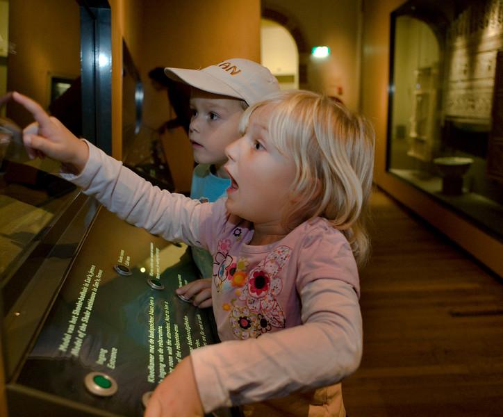 2007 10 17 meisje  & jongetje in museum-3935.jpg