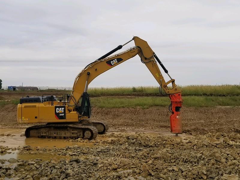 NPK GH23 hydraulic hammer on Cat 349F excavator - Kelchner (Murphy Cincinnati customer) at Dayton Airport  Sept 2018 (2).jpg