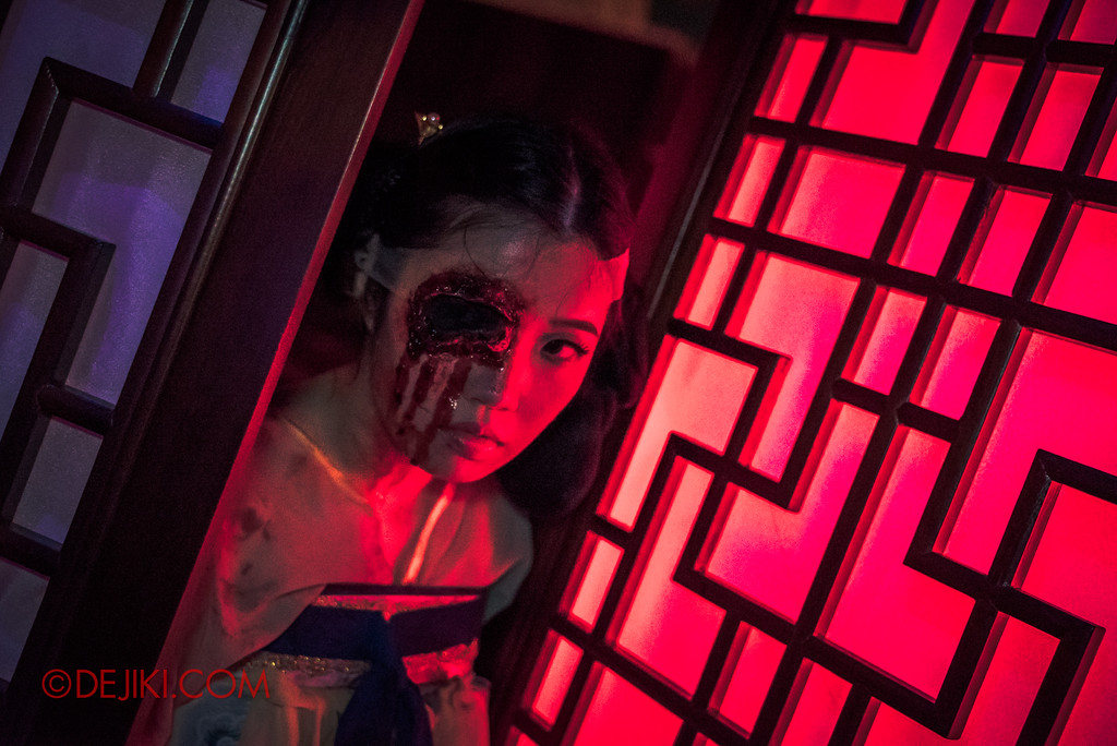 Halloween Horror Nights 7 - TERROR-Cotta Empress haunted house / Lady by the door
