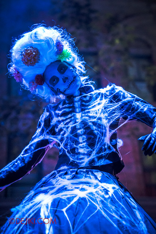 Halloween Horror Nights 6 - March of the Dead scare zone / Skeleton Lady