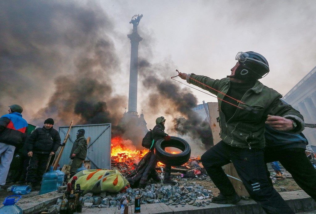 . A protester uses a catapult during clashes with riot police in downtown Kiev, Ukraine, 19 February 2014.  EPA/SERGEY DOLZHENKO