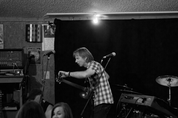 2011.06.26 Geoff Achison and Friends - Shorty's Pizza - B&W