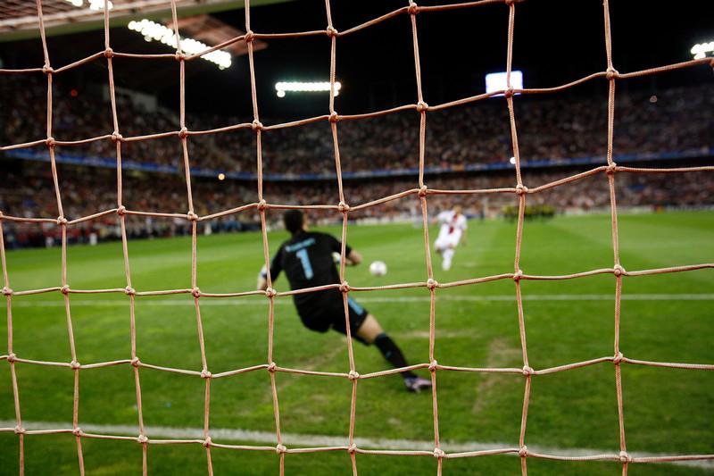 Escudé (Sevilla) misses a penalty. UEFA Champions League first knockout round game (second leg) between Sevilla FC (Seville, Spain) and Fenerbahce (Istambul, Turkey), Sanchez Pizjuan stadium, Seville, Spain, 04 March 2008.