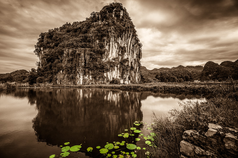 Gorgeous site & reflection around this limestone at Tam Coc.