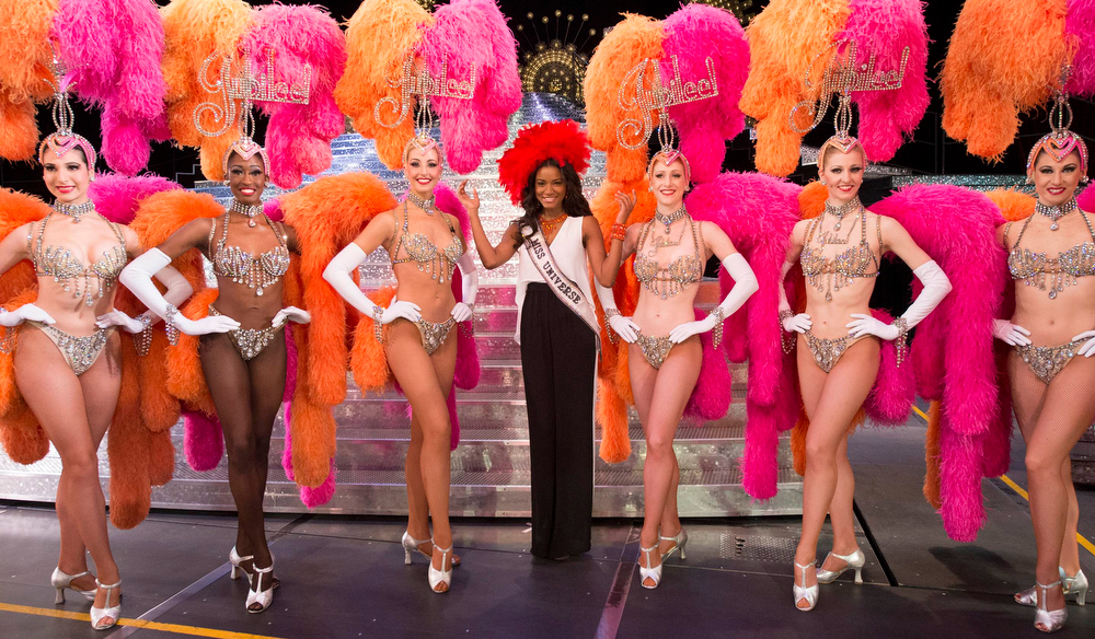 . Miss Universe 2011 Leila Lopes of Angola (C) poses with dancers from the Jubilee Show at Bally\'s in Las Vegas, Nevada December 6, 2012. The Miss Universe 2012 competition will be held on December 19. REUTERS/Matt Brown/Miss Universe Organization L.P/Handout