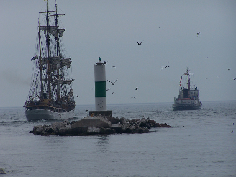 Mobile Bay & Picton Castle sail past the Sturgeon Bay Pierhead light tower before entering Lake Michigan.