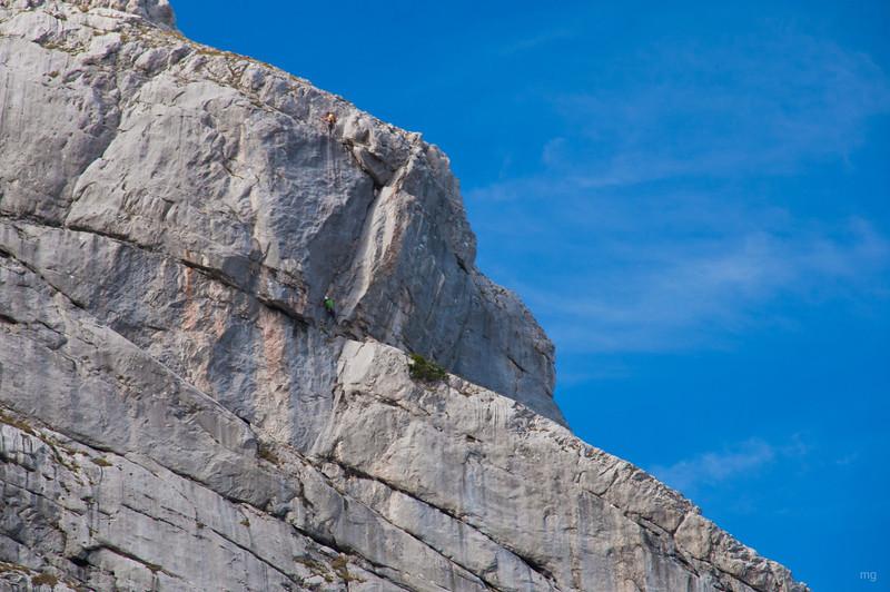 Zwei Kletterer im Fels - hier wird ein wenig die Größenordnung der Gesäusefelsen anschaulich