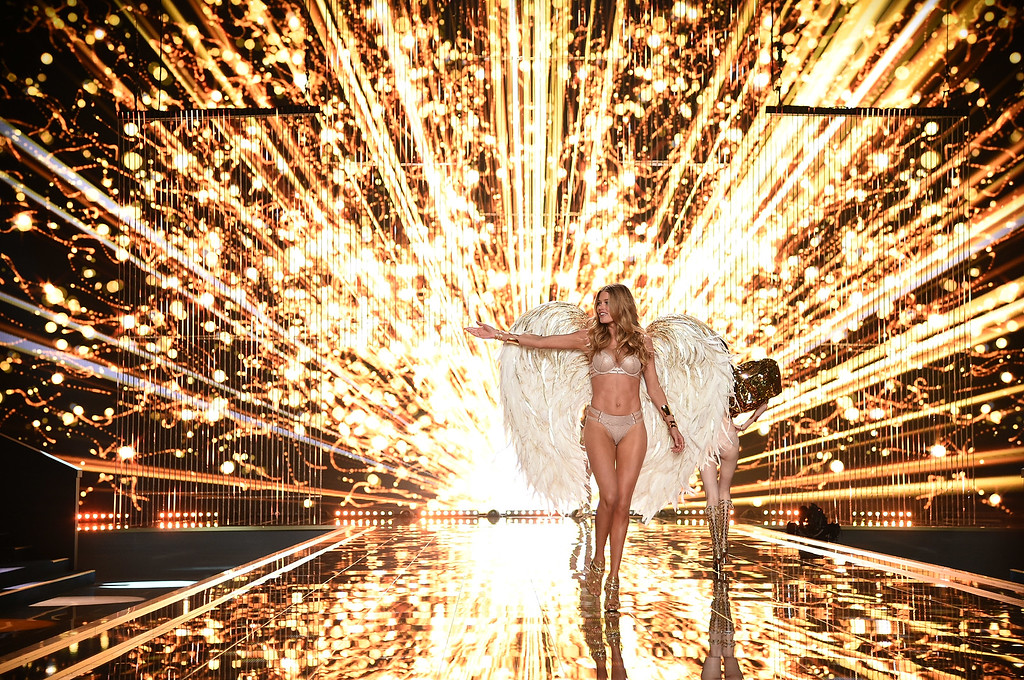 . Victoria\'s Secret model Doutzen Kroes walks the runway during the 2014 Victoria\'s Secret Fashion Show at Earl\'s Court exhibition centre on December 2, 2014 in London, England.  (Photo by Dimitrios Kambouris/Getty Images for Victoria\'s Secret)