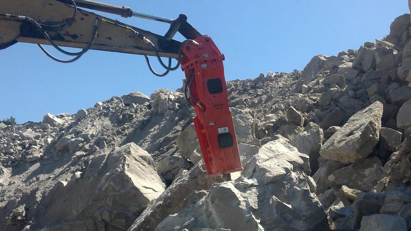 NPK GH15 hydraulic hammer on Cat excavator (23).jpg