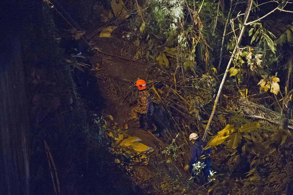 . Malaysian emergency services personnel search for bus passengers after a bus carrying tourists and local residents fell into a ravine near the Genting Highlands, about an hour\'s drive from Kuala Lumpur on August 21, 2013.   AFP PHOTO / MOHD  RASFAN/AFP/Getty Images