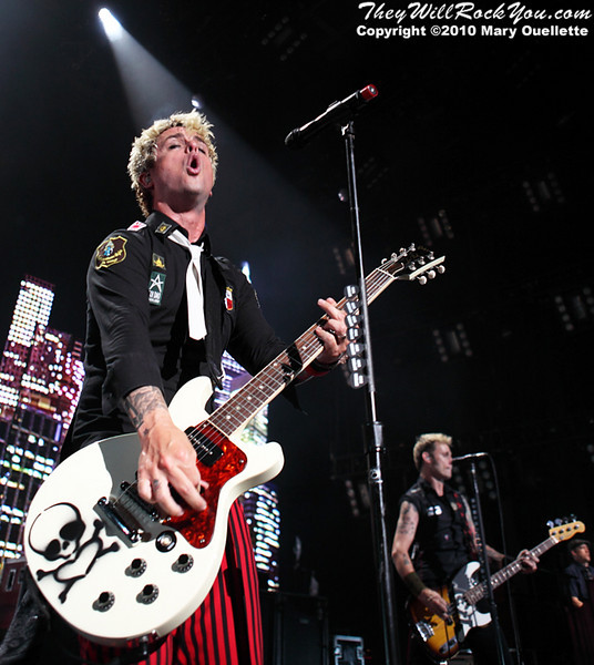 Green Day performs at the Comcast Center in Mansfield, MA on August 16. 2010 - www.theywillrockyou.com