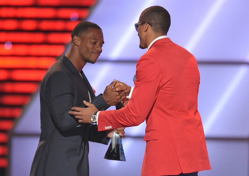 . New York Giants\' Victor Cruz, left, presents the award for best breakthrough athlete to San Francisco 49ers\' Colin Kaepernick at the ESPY Awards on Wednesday, July 17, 2013, at Nokia Theater in Los Angeles. (Photo by John Shearer/Invision/AP)