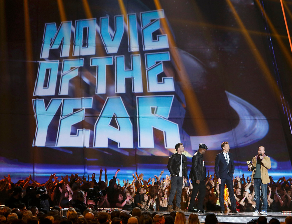 """. Director Joss Whedon (R) accepts the award for movie of the year for \""""The Avengers\"""" with cast members Chris Evans (L), Samuel L. Jackson (2nd from L) and Tom Hiddleston at the 2013 MTV Movie Awards in Culver City, California April 14, 2013.    REUTERS/Danny Moloshok"""