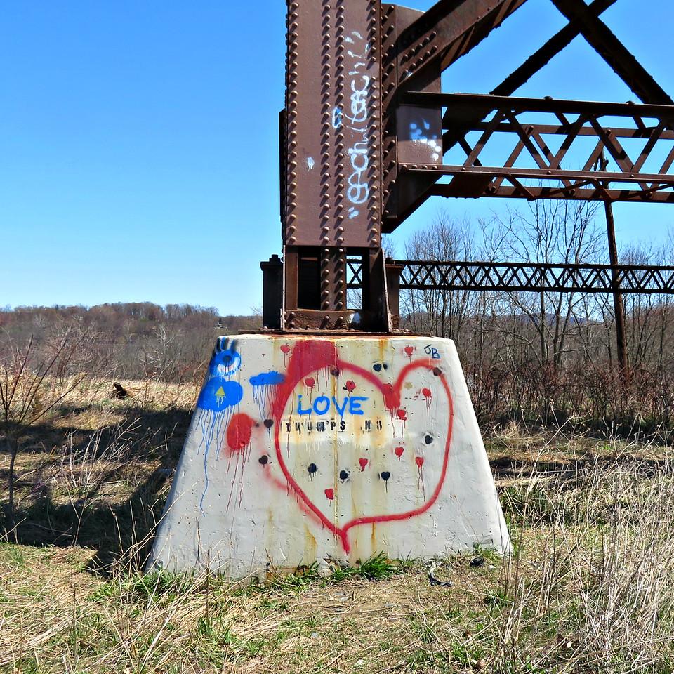 love trumps hate - moodna viaduct - graffiti