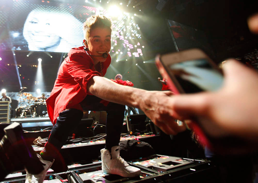 Description of . Singer Justin Bieber performs during the Z100 Jingle Ball at Madison Square Gardens in New York, December 7, 2012.    REUTERS/Carlo Allegri