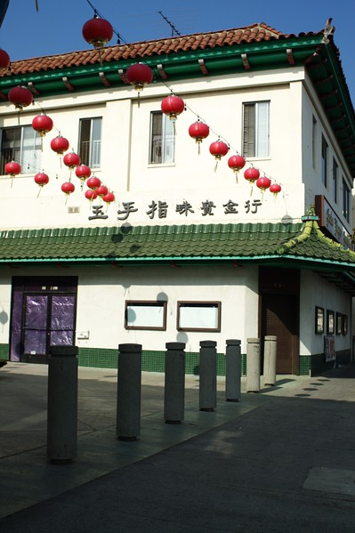 ChinatownWestPlaza008-BuildingAndDecorationsNextToHill-2006-10-25.jpg