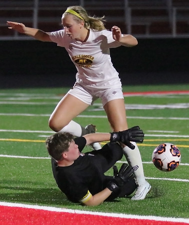 Osberg scores quick hat trick as Avon Lake girls beat Elyria