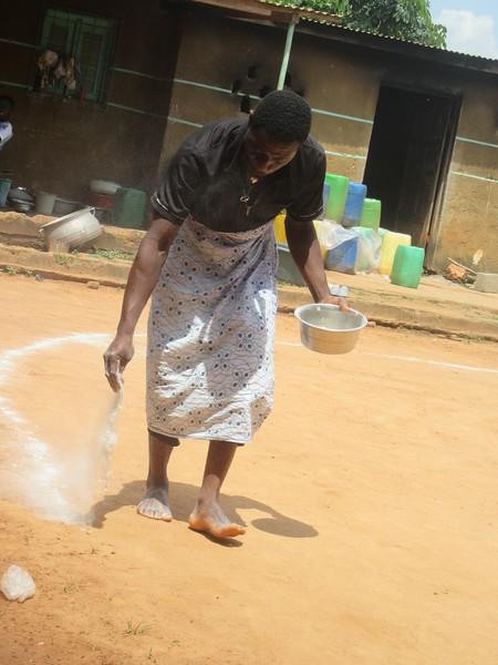 024_Femmes Fétiches Komians. 10 de 20. Les Danses. Le Keolay (poudre blanche) qui aide à définir les zones bénites et à attirer les esprits bienfaisants.JPG