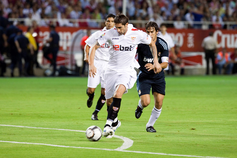 Dragutinovic with the ball. Spanish League game between Sevilla FC and Real Madrid, Sanchez Pizjuan Stadium, Seville, Spain, 4 October 2009