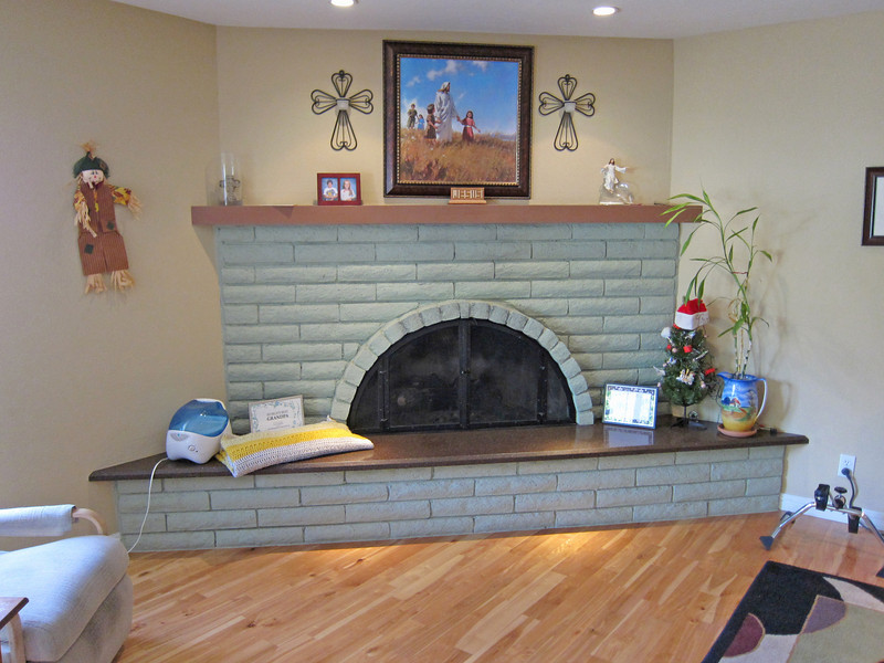 Love the raised hearth on this fireplace!