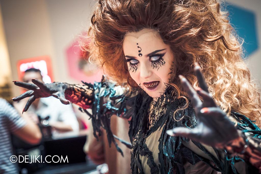 Universal Studios Singapore - Halloween Horror Nights 6 Before Dark Day Photo Report 2 - Augusta at Roadshow 2 / ready to strike