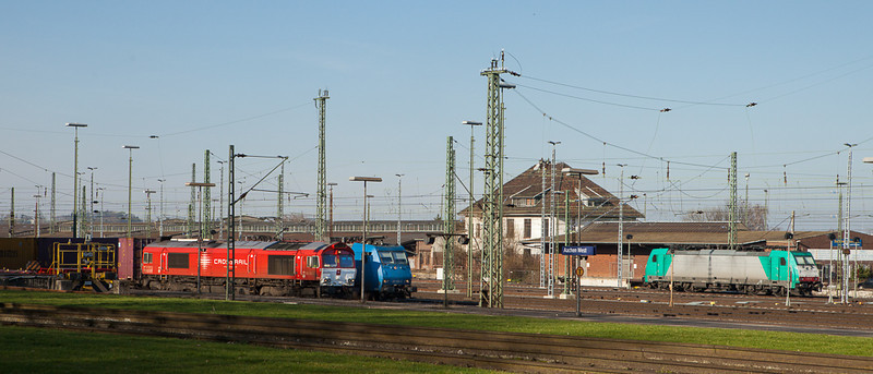 """Crossrail DE6310 """"Griet"""", 185 525, and 186 126 in Aachen West. The latter looks like a Cobra Traxx but is in fact one of the CB Rail leasers operated by Crossrail."""