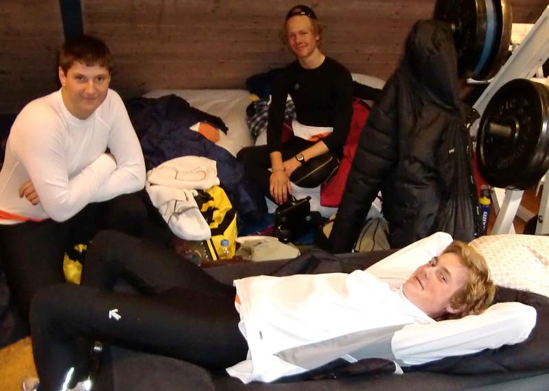 Mosseroerene Thomas Zugan, Erik Solbakken og Ola Larsson slapper av i vektrommet