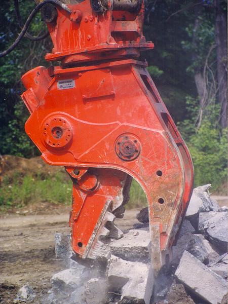 NPK U21JR concrete pulverizer-crushing concrete (1).jpg