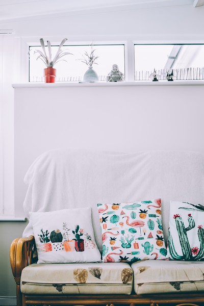 098three-assorted-throw-pillows-on-couch-1362385.jpg