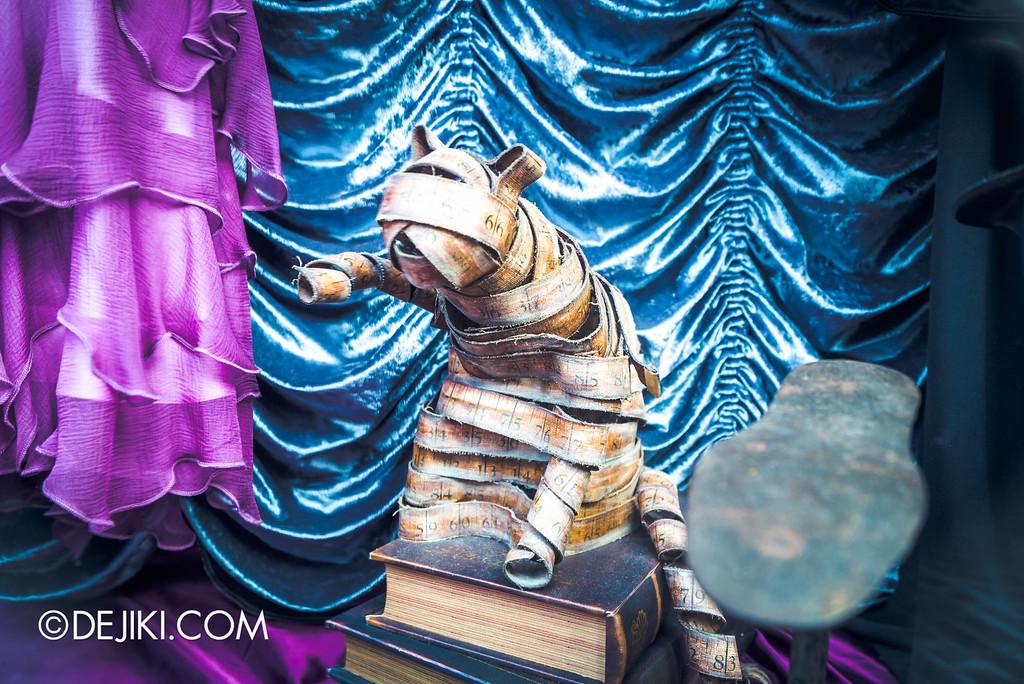 Universal Studios Japan - The Wizarding World of Harry Potter - Hogsmeade Gladrags Wizardwear store window measuring tape cat