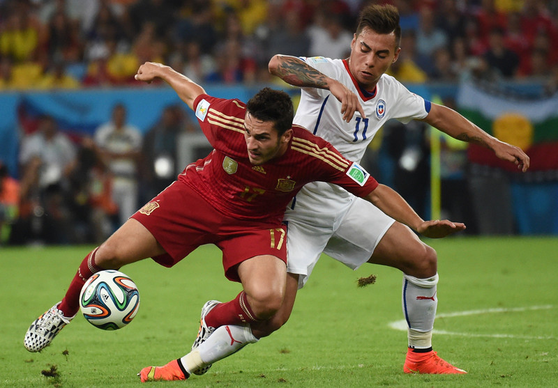 . Spain\'s midfielder Koke (L) and Chile\'s forward Eduardo Vargas vie during a Group B football match between Spain and Chile in the Maracana Stadium in Rio de Janeiro during the 2014 FIFA World Cup on June 18, 2014.  (CHRISTOPHE SIMON/AFP/Getty Images)