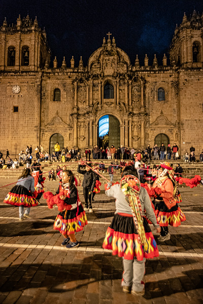 ring of dancers in front of Basilica Catedral de Cusco.jpg
