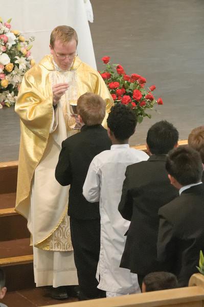 Richard empfängt zum ersten Mal die Kommunion.