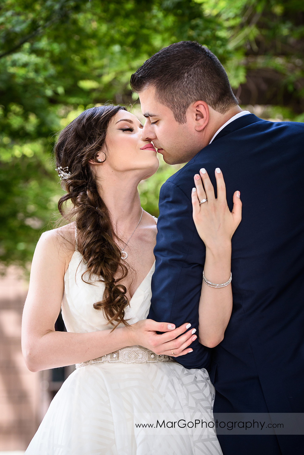 bride and groom kissing at Saratoga Foothill Club