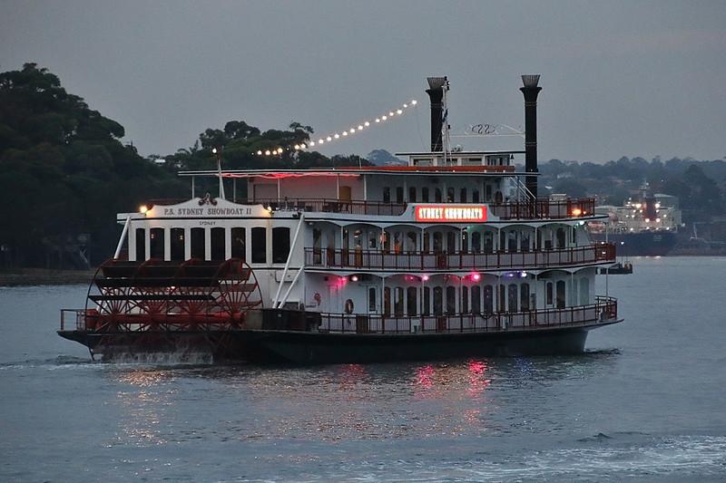 40a-055-050-Sydney Showboat II.JPG