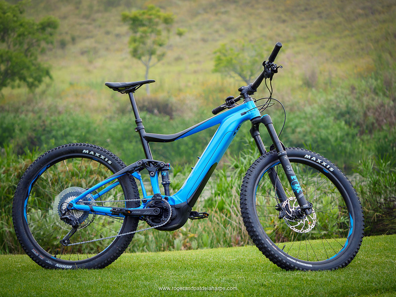 The Giant TranceE+2 looks very attractive in its blue and black colour scheme.