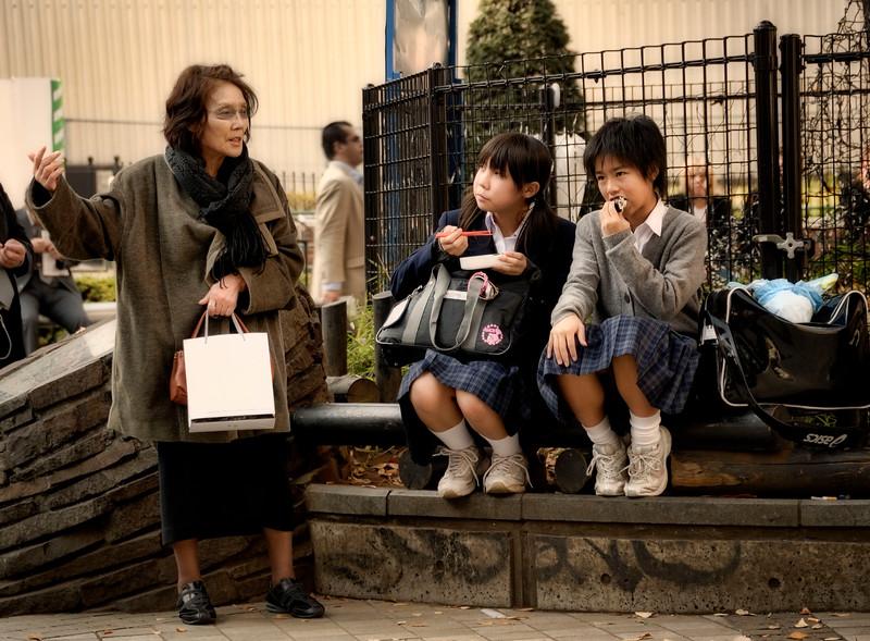 Shinjuku, Lady haranging young girls