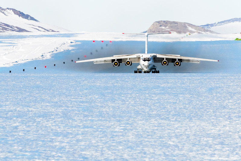 IL-76 Landing Koreaddd TV -1-14-18107002.jpg