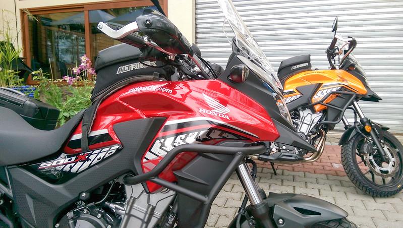 Diese Motorräder warten auf uns in Villarica.