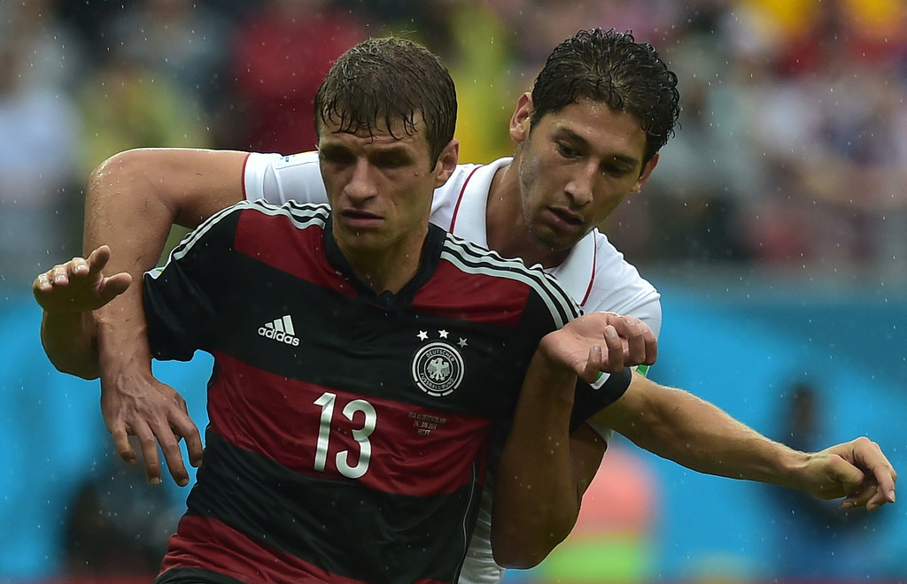. US defender Omar Gonzalez (R) and Germany\'s forward Thomas Mueller vie for the ball during a Group G football match between US and Germany at the Pernambuco Arena in Recife during the 2014 FIFA World Cup on June 26, 2014. AFP PHOTO / NELSON  ALMEIDA/AFP/Getty Images