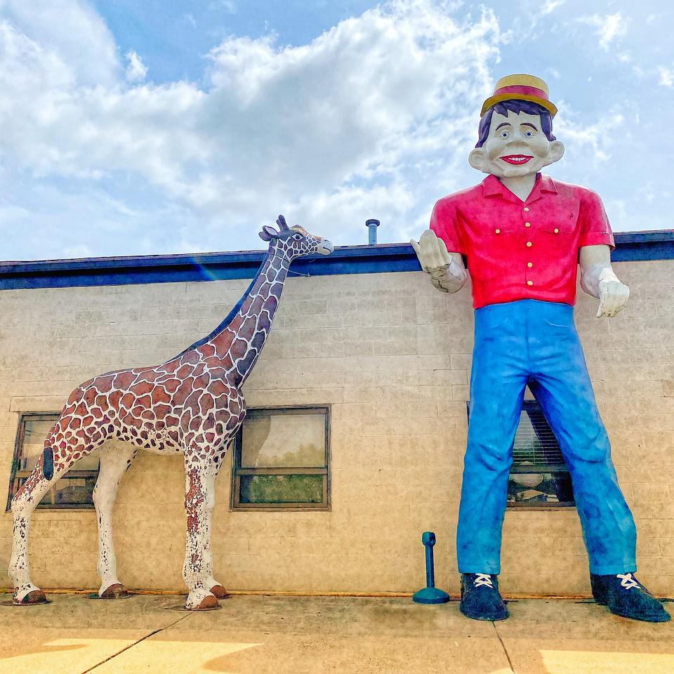 oaks pennsylviania halfwit muffler man and giraffe 2021