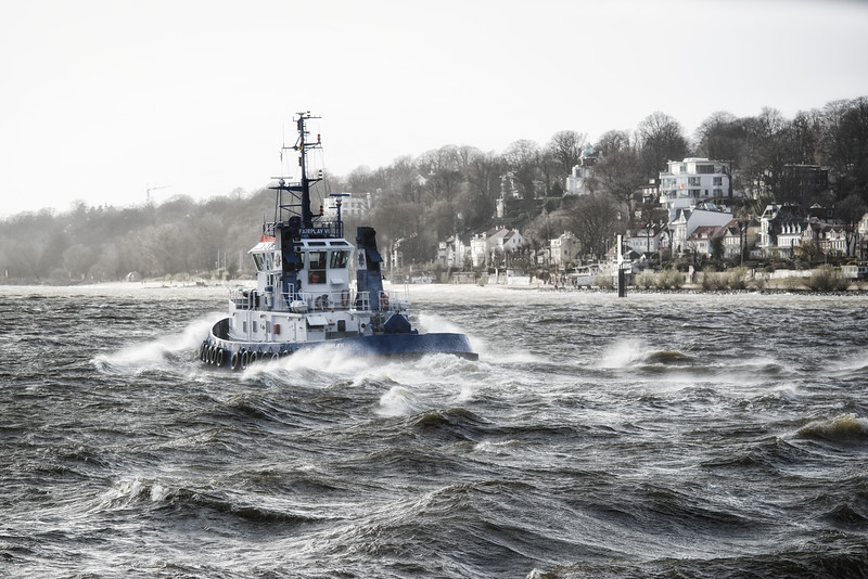 Fairplay 6 Hafenschlepper auf der Elbe vor der Strandperle bei viel Wind in Hamburg