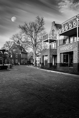 Fine Art architectuur foto van Hannes nieuwbouw appartementen complex te Nistelrode in zwart wit bij maanlicht op de vroege winter ochtend.