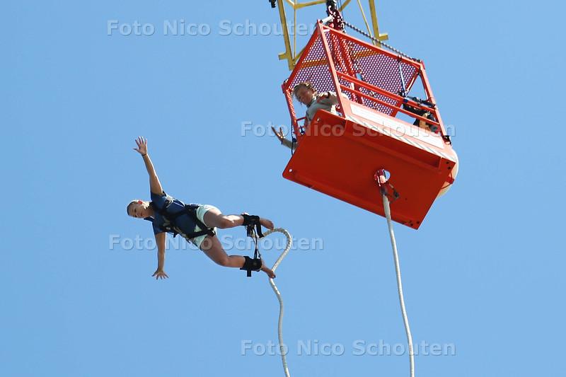 Zomerrubriek: Bungee jumping op de Scheveningse pier - DEN HAAG 3 AUGUSTUS 2015 - FOTO NICO SCHOUTEN