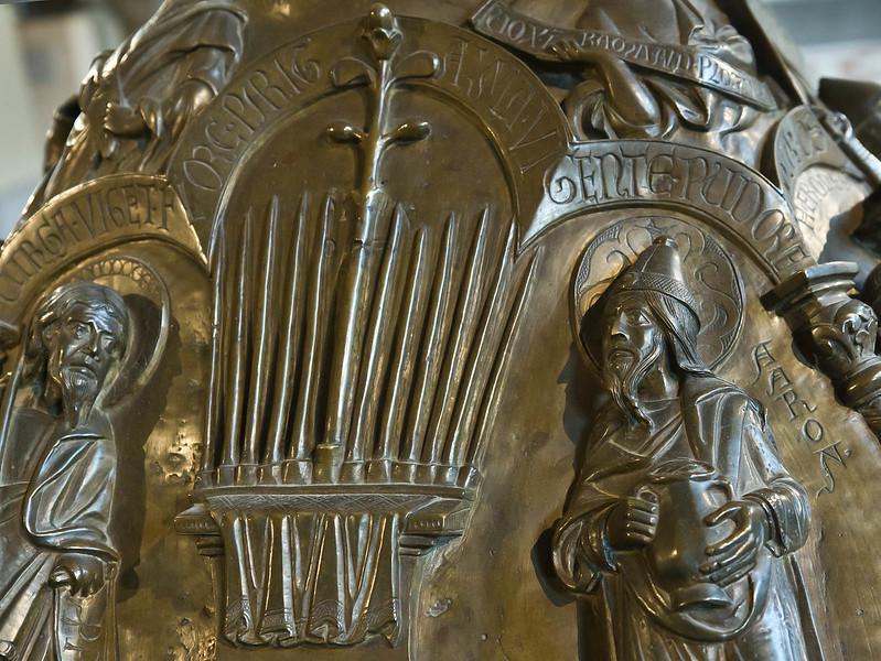 Taufbecken aus Hildesheimer Dom: Blühender Stab Aarons, Detail