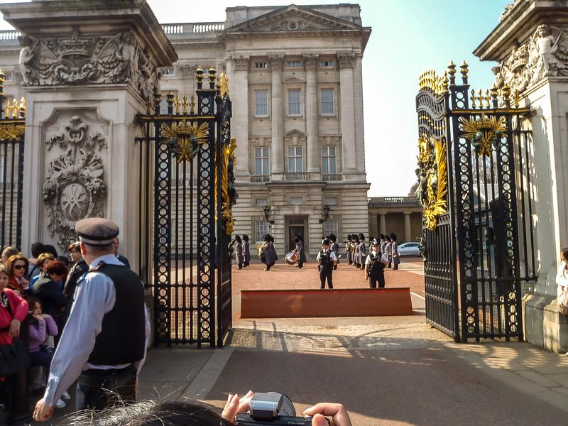 2.4 - Buckingham Palace - Looking through the main gates.jpg