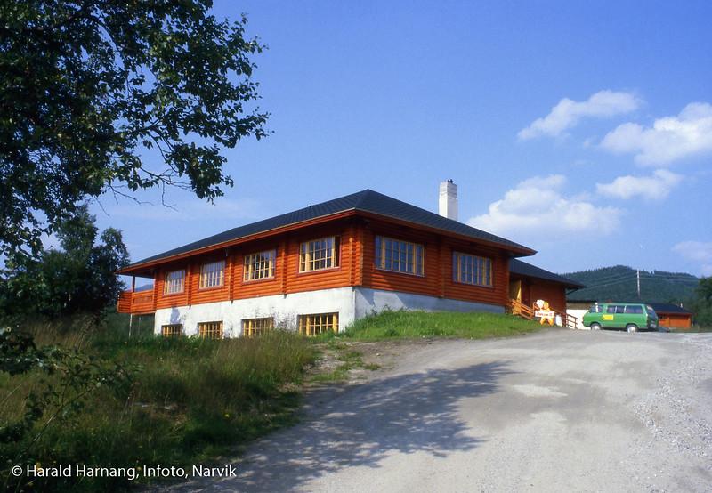 Hovedhytte med resepsjon og restaurant, Øse turistanlegg, nord for Bjerkvik.